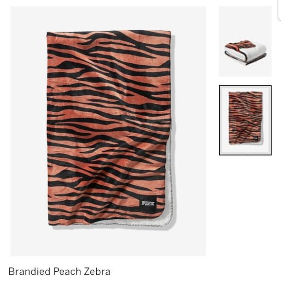 💗 NIP! VS Pink sherpa blanket